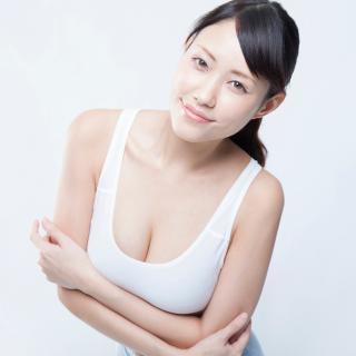 貧乳美女と巨乳だけど美女ではない女性、心理学的に見てどっちがモテる?